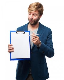 Mann mit einem weißen prüfliste