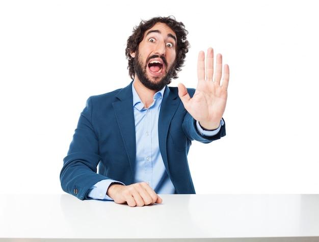 Mann mit einer hand angehoben