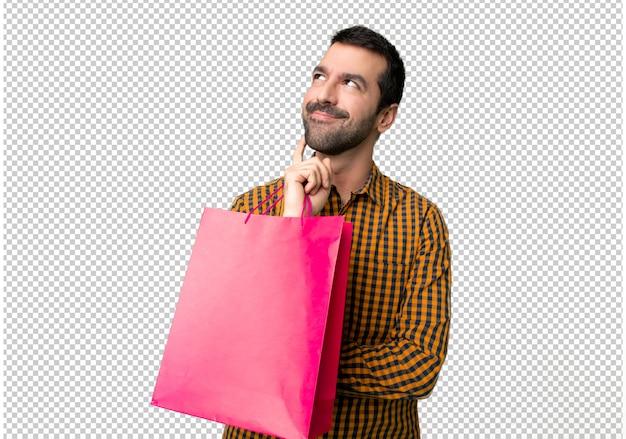 Mann mit einkaufstaschen eine idee beim oben schauen denken