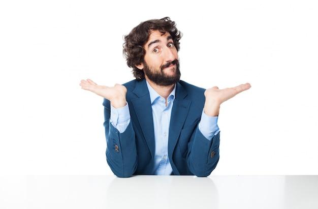 Mann mit erhobenen händen