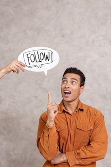 Mann mit follow-text auf sprechblase