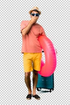 Mann mit hut und sonnenbrille auf seinem sommerferienbedeckungsmund mit beiden händen für das sagen von etwas unpassendem. kann nicht sprechen