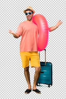 Mann mit hut und sonnenbrille auf seinen sommerferien, die darstellen und einladen, mit der hand zu kommen. glücklich, dass du gekommen bist