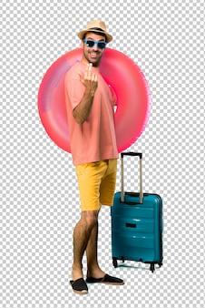 Mann mit hut und sonnenbrille auf seinen sommerferien, die darstellen und einladen, mit der hand zu kommen. schön, dass sie gekommen sind