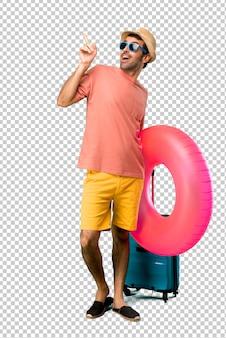 Mann mit hut und sonnenbrille auf seinen sommerferien mit dem zeigefinger eine großartige idee zeigend und oben schauend