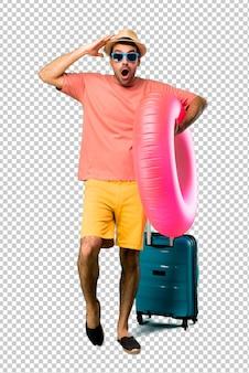 Mann mit hut und sonnenbrille auf seinen sommerferien mit überraschung und entsetztem gesichtsausdruck. klaffend da kann ich nicht glauben was passiert