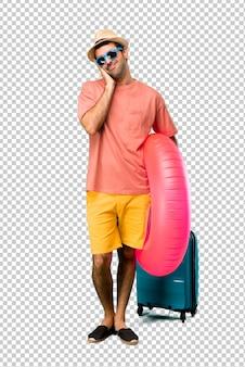 Mann mit hut und sonnenbrille auf seinen sommerferien schlafgeste machend. entzückender und süßer ausdruck