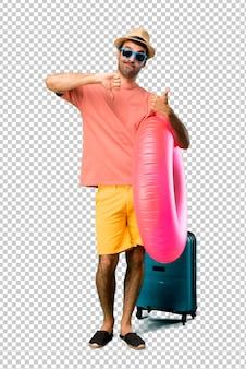 Mann mit hut und sonnenbrille in seinen sommerferien, die gut-schlechtes zeichen machen. unentschlossene person zwischen ja oder nicht