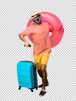 Mann mit hut und sonnenbrille in seinen sommerferien, die schnell laufen