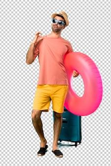 Mann mit hut und sonnenbrille in seinen sommerferien stolz und selbstzufrieden in liebe sich konzept