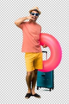 Mann mit hut und sonnenbrille in seinen sommerferien telefongeste machend und mit jemand sprechend. ruf mich zurück zeichen