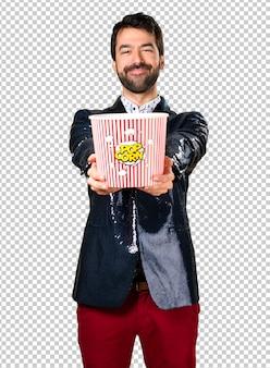 Mann mit jacke popcorn essen