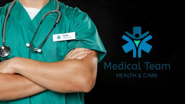 Mann mit stethoskop und arbeitstag abzeichen