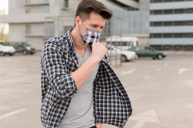 Mann mit stoffmaske im gesicht