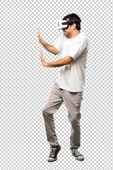 Mann mit vr-brille etwas drücken