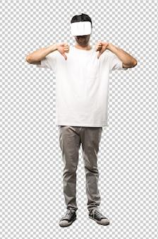 Mann mit vr-brille zeigt daumen mit beiden händen