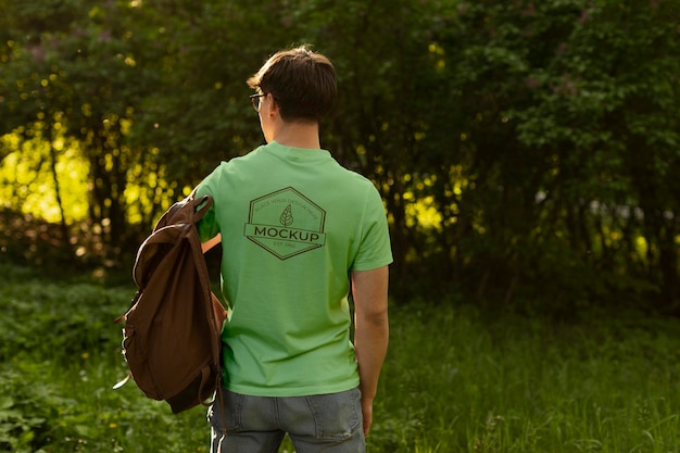 Mann trägt ein nachgemachtes t-shirt