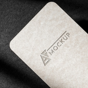 Markenidentitäts-visitenkartenmodell auf dunklem hintergrund