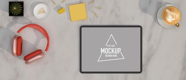 Marmorarbeitstisch von oben mit leerem bildschirm, tablet-kopfhörerkaffee und dekormarmorhintergrund
