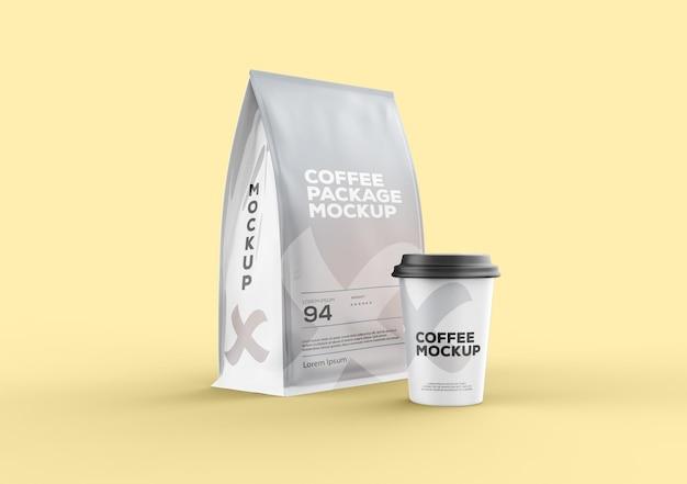 Matte kaffeetüte mit tassenmodell