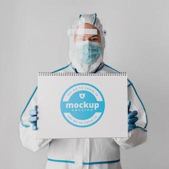 Medizinische kleidung und notebook-modell