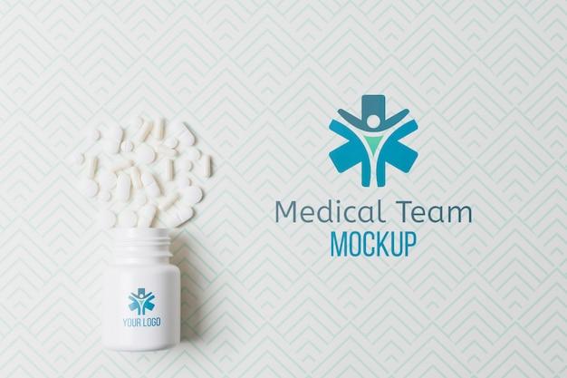 Medizinische pillendose mit modellhintergrund