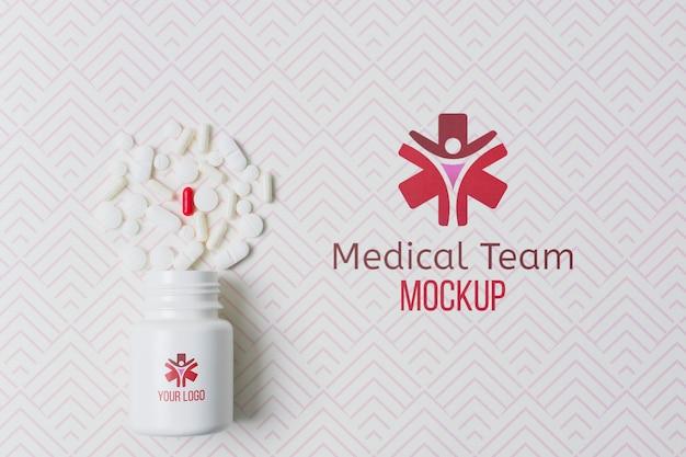 Medizinische pillendosenmarke mit modellhintergrund
