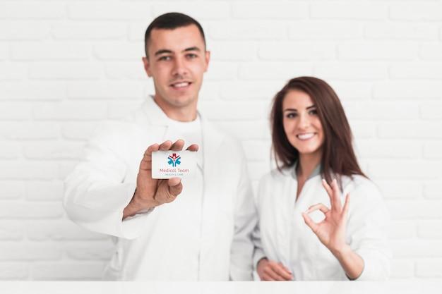 Medizinisches personal, gekleidet in einem weißen mittelgroßen modell
