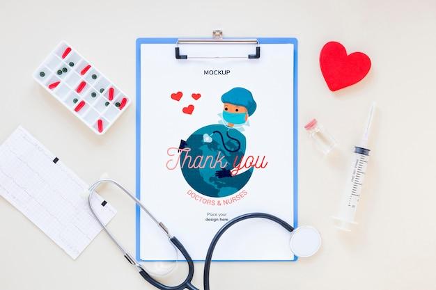 Medizinisches stethoskop von oben mit modell