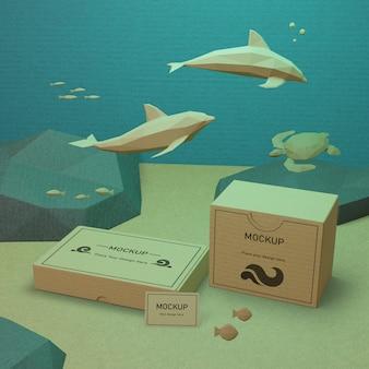 Meereslebewesen und pappkartons unter wasser mit modell