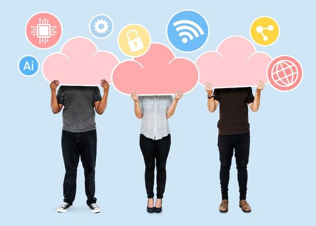 Menschen mit cloud-speichersymbolen