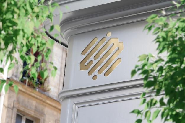 Metallisches logo an einer ladenecke im straßenmodell
