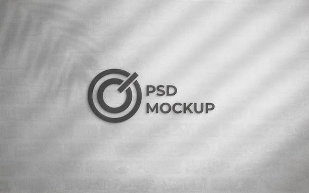 Metallisches logo auf dem weißen wandmodell des schmutzes