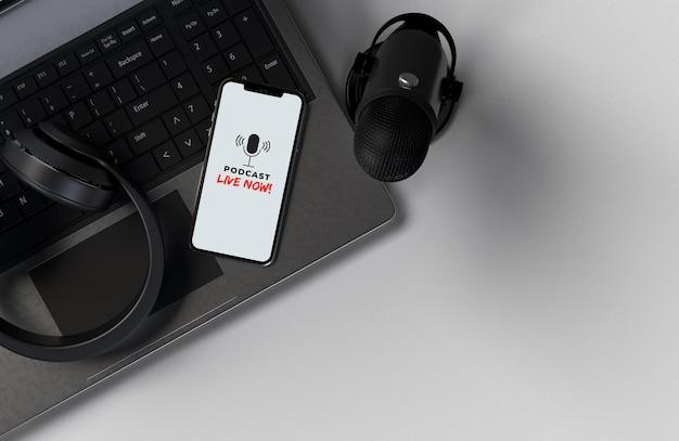 Mikrofone mit smartphone und laptop für eine pressekonferenz, ein gespräch, einen podcast oder ein interview