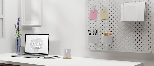 Minimaler arbeitsplatz mit laptop-briefpapier und dekoration im home-office-raum