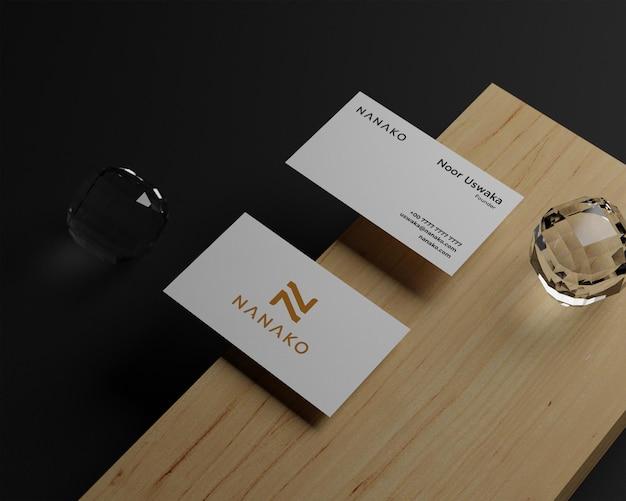 Minimales visitenkartenmodell auf schwarzem hintergrund