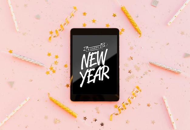 Minimalistische beschriftung des neuen jahres auf schwarzer tablette