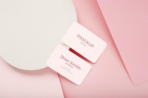 Minimalistische visitenkartenmodellzusammensetzung auf geometrischem hintergrund mit rosa und weißen farben