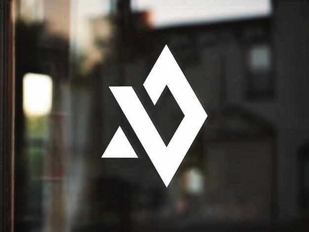 Minimalistisches logomodell an der glastür