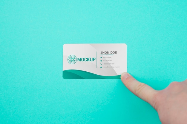 Minimalistisches visitenkartenmodell auf blauem hintergrund Premium PSD