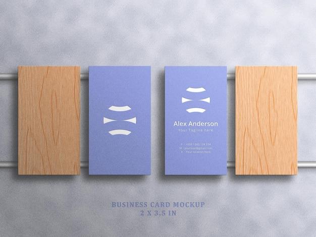 Minimalistisches visitenkartenmodell auf weißem hintergrund mit geprägtem und geprägtem effekt