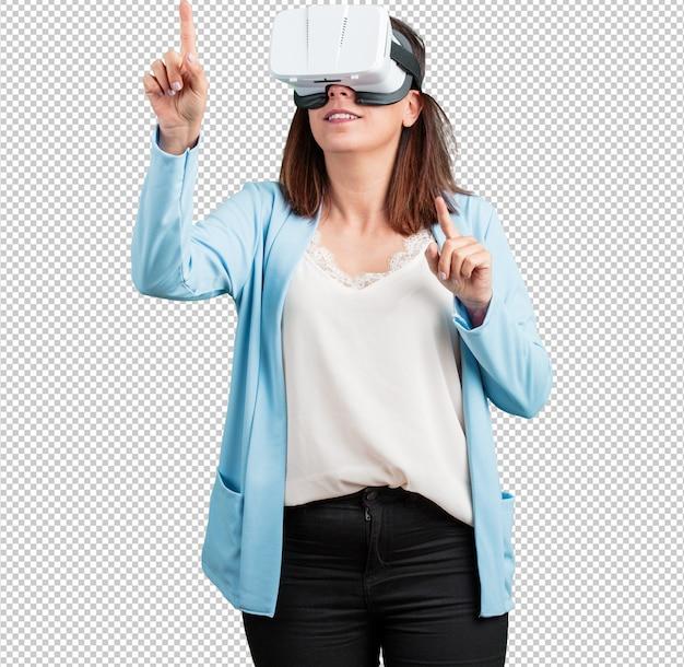 Mittlere gealterte frau aufgeregt und unterhalten, spielend mit gläsern der virtuellen realität