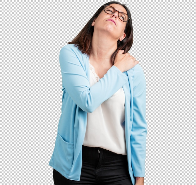 Mittlere gealterte frau mit den rückseitigen schmerz wegen des arbeitsdrucks, müde und scharfsinnig