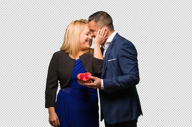 Mittlere gealterte lateinische paare, die valentinsgrußtag feiern