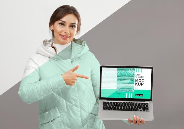 Mittlere schussfrau, die laptop hält
