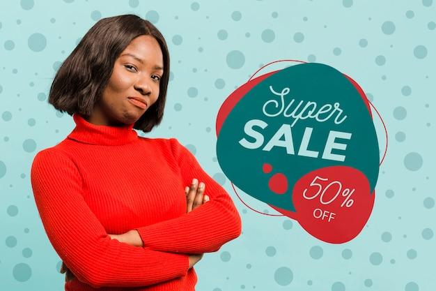 Mittlere schussfrau, die superverkauf fördert