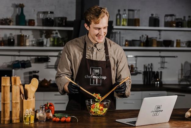 Mittlerer schuss chef, der salat zubereitet
