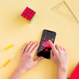 Mobil auf dem schreibtisch mit mock-up