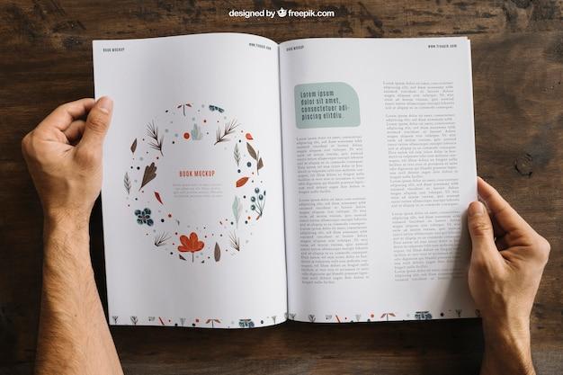 Mock-up der hände und offene broschüre