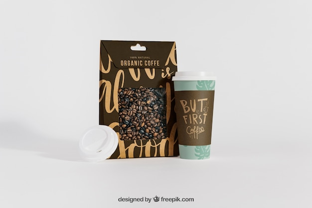 Mock-up der kaffeetasse neben der tasche